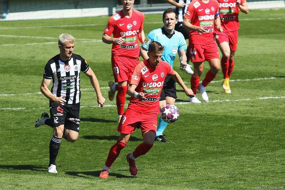 Fotbalista Zbrojovky Brno Jiří Texl (v červeném s číslem 13) vstřelil v Českých Budějovicích vítěznou branku.