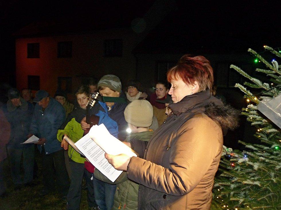 Na zpívání vánočních koled v Rudce se sešlo 55 nadšenců všech věkových kategorií. Nejmladší účastník měl 5 týdnů a nejstarší 85 let.