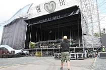 Obří hlavní pódium obohatí ještě další dvě velké scény a několik malých