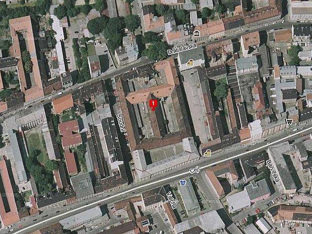 Číslo jedna označuje budovu bývalé káznice v Bratislavské ulici v Brně.