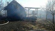 Plné ruce práce měli už od sobotního rána hasiči. Kvůli požárům trávy, lesních porostů a stromů museli zasáhnout jen do šesti hodin večer na desítce míst.