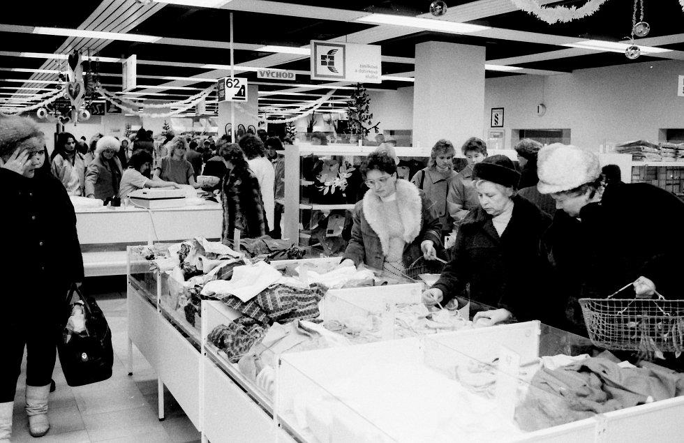 Foto brněnského obchodu z dob minulého režimu.