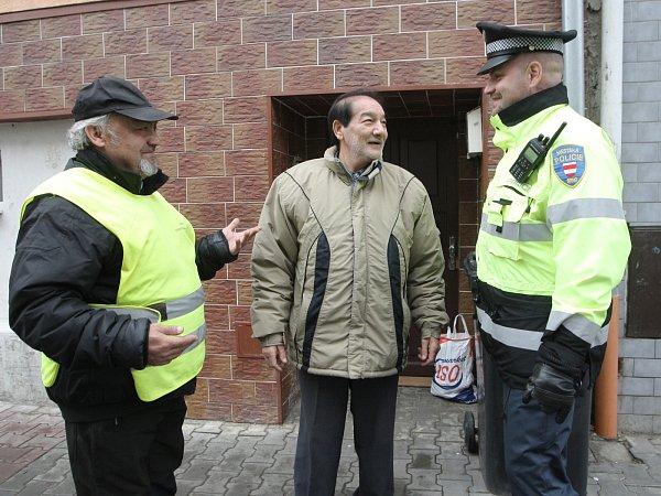 Ján Polyák (vlevo) už přes rok doprovází hlídky strážníků jako asistent prevence kriminality.
