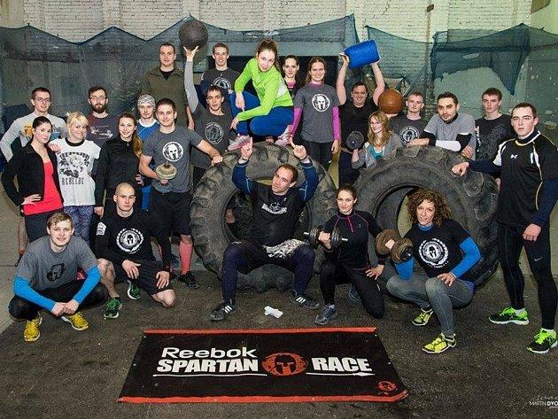 Zástupci Spartan Race Training Group Brno se scházejí několikrát týdně. Někdy jich trénuje i čtyřicet.