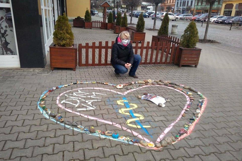 Srdce z kamínků ozdobilo i bučovické náměstí Svobody.