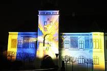 Příběh města promítaný na stěnu tišnovské radnice.