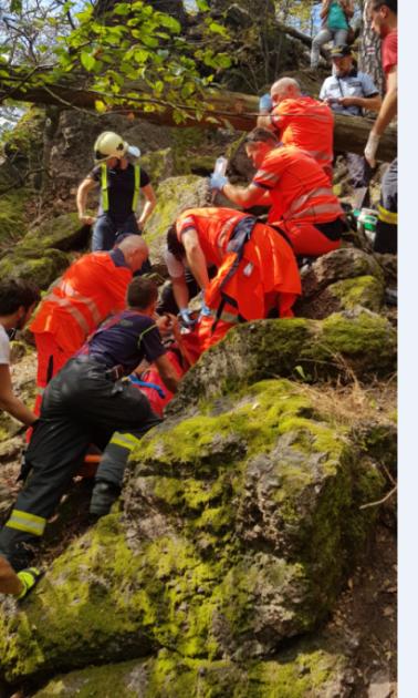 Náročnou záchrannou akci absolvovali vneděli brzy odpoledne jihomoravští záchranáři. Na Babím lomu se totiž vtěžce přístupném terénu zřítil muž ztéměř desetimetrové výšky.