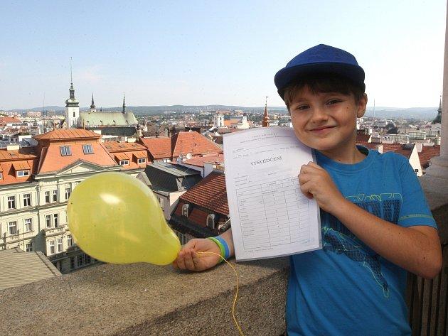 Jedinečný zážitek si z pátečního rána odnesli žáci třetí třídy brněnské základní školy v Husově ulici. Školní rok zakončili ve výšce třiašedesáti metrů.