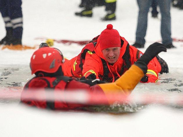 Že není záchrana lidí v zimě žádná legrace, ukázali v sobotu brněnští záchranáři spolu s Fakultou sportovních studií na přehradě.