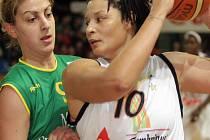 Tamika Whitmoreová (v bílém)