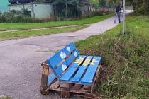 Paletová lavička na černovickém nábřeží Svitavy.