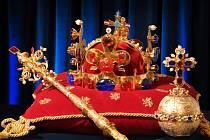 V Letohrádku Mitrovských jsou k vidění repliky českých korunovačních klenotů i dalších vzácností.