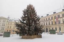 Centrum Brna zasypal sníh. Na snímku vánoční strom na Zelném trhu.