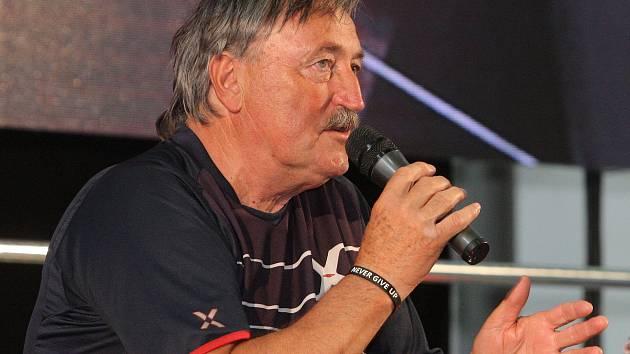 Do Re:lax zóny, která je součástí festivalu Re:publika na brněnském výstavišti, ve středu odpoledne dorazil bývalý fotbalista a český reprezentant Antonín Panenka.