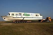 Čtyři dny putovaly nové lodě z Hlavečníku na Pardubicku až k Brněnské přehradě. Dopravní podnik je na vodu slavnostně spustí až v květnu. Každou zvlášť.