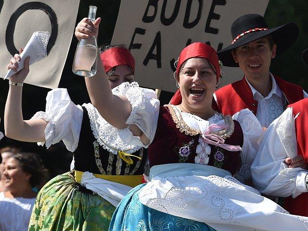 Sukénky si hore vykasala, bílé nožky ukázala, znělo náměstím Svobody krátce před nedělním polednem. Dožínkové slavnosti ovládly centrum Brna.