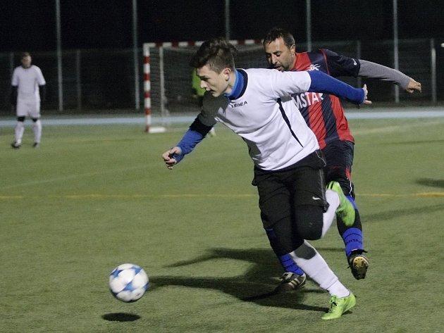 Poslední podzimní kolo čtvrté ligy proti sobě svedlo celky Gunners Brno (ve světlých dresech) a FC Rom Star. Utkání soků z horní poloviny tabulky vyznělo jasně 7:3 ve prospěch Kanonýrů.