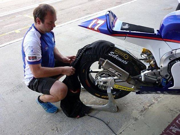 Mechanik Martin Nesvadba z týmu Cardion AB Motoracing.