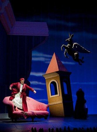 Opera Popelka: na snímku Alessandro Corbelli.