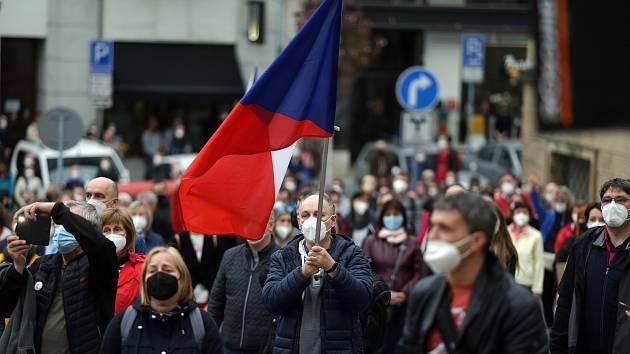 Na brněnském Dominikánském náměstí se sešlo kolem sedmi stovek lidí, aby vyjádřili nespokojenost s politikou prezidenta Miloše Zemana a reagovali na nedávné odhalení útoku ruských agentů na muniční sklad ve Vrběticích.
