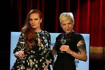 Streamovanou talkshow s názvem Rozchody stylově známých standup komiček Adély Elbel a Ivy Pazderkové mohli diváci shlédnout o víkendové noci.