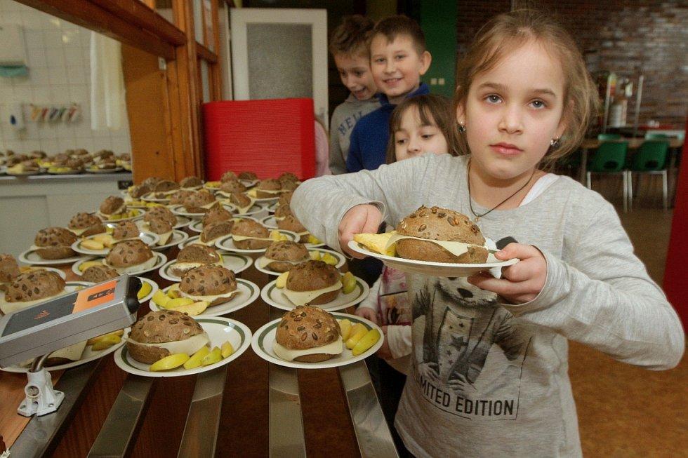 Devětaosmdesát dětí ze Základní školy Kamínky v brněnském Novém Lískovci chodí na svačinu o velké přestávce.