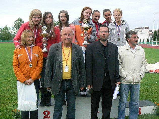 Se svými svěřenkyněmi si Josef Sečkář (vlevo) připsal řadu úspěchů. Juniorky ACP Olymp Brno například získaly šestkrát druhé místo na evropském šampionátu klubů.