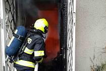 Hasiči v akci. Požár zachvátil v neděli po patnácté hodině odpoledne chatu v Brně Bystrci.