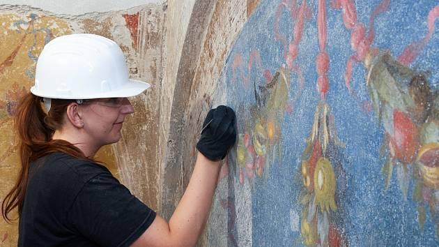 Nástěnná malba v Uměleckoprůmyslovém muzeu: krásu zakrývaly vrstvy nátěrů