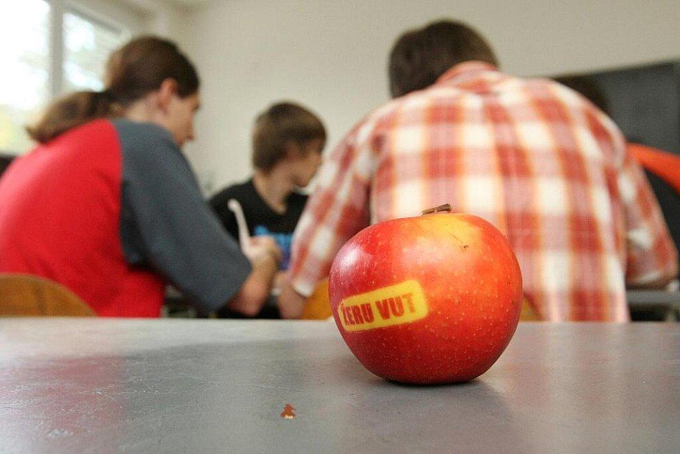 Označkovaná jablka s nápisem ŽERU VUT.