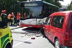 Osobní auto se srazilo ve středu odpoledne v brněnské ulici Lány s autobusem. Na místě bylo šest zraněných.