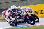 Páteční tréninky na brněnském automotodromu - Romano Fenati (5) podjíždí Patrika Pulkkinena.