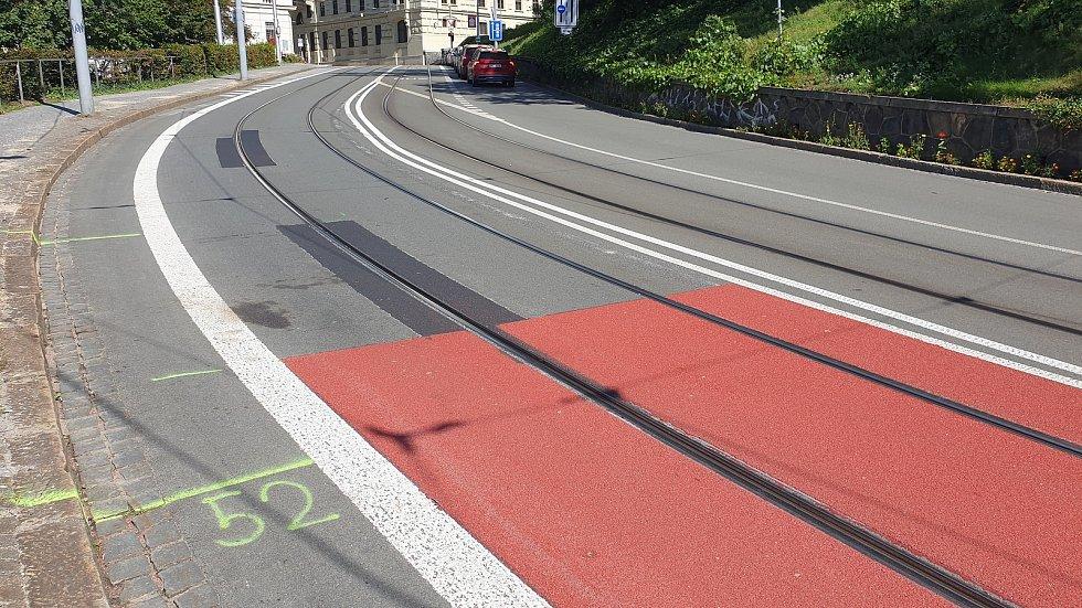 Nové vodorovné dopravní značení včetně protismykového povrchu v Husově ulici v centru Brna.