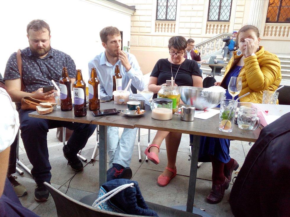 Ve štábu Žít Brno si zpříjemňují čekání na výsledky občerstvením.