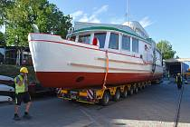 Překládka zrekonstruované lodě Dallas v doku DPmB na Brněnské přehradě. Nově se bude jmenovat Morava.