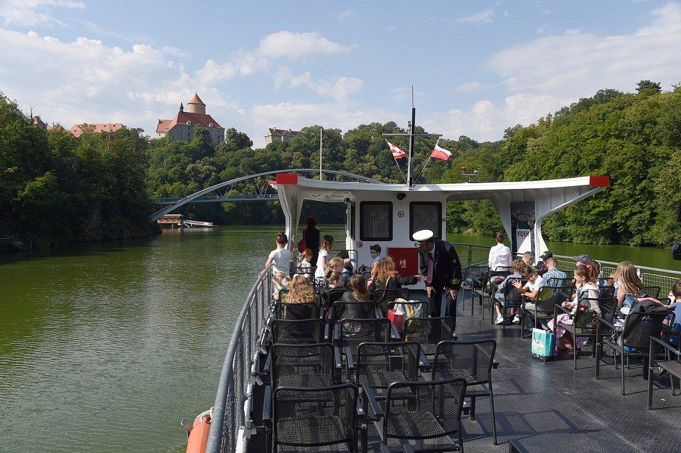 Žáci první třídy ZŠ Otevřená v Žebětíně dostali vysvědčení na lodi Dopravního podiku města Brna během plavby na brněnské přehradě.