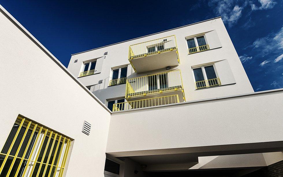 V novém bytovém domě v brněnské Dukelské ulici vznikly startovací byty pro mladé. V přízemí na jaře otevře pobočka České pošty.