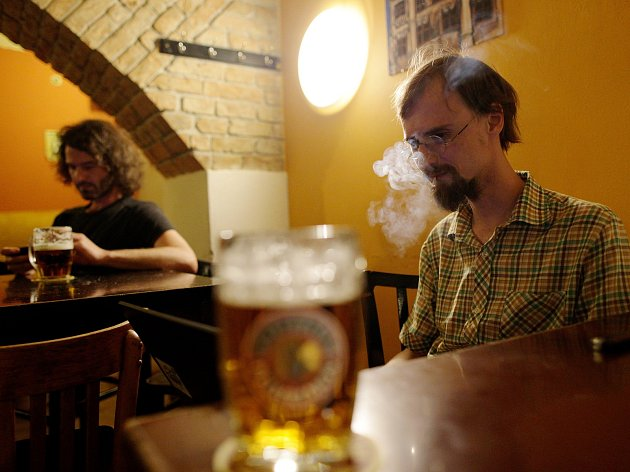Lidé se loučili s kouřením v restauracích.