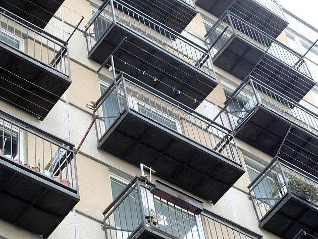 Balkony v některých bystrckých ulicích ohrožují podle odborného posudku okolí.