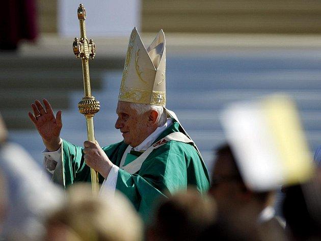 Papež Benedikt XVI. při mši svaté na tuřanském letišti v Brně 27. září.