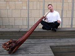 ILUSTRAČNÍ FOTO: Hráč na didgeridoo.