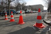 Technici společnosti Brněnské komunikace, která placené parkoviště spravuje, v úterý vyrazili překreslit čáry vyznačující jednotlivá parkovací místa.