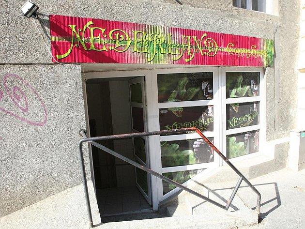 Názvy obou obchodů v Brně odkazují na holandské coffee shopy, ve kterých se legálně prodává marihuana. S tím rozdílem, že tam je přírodní, ale v Brně syntetická.