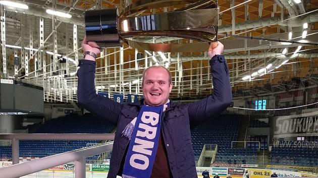 Fanoušek Komety Pavel Havlíček si potěžkal i Masarykův pohár.