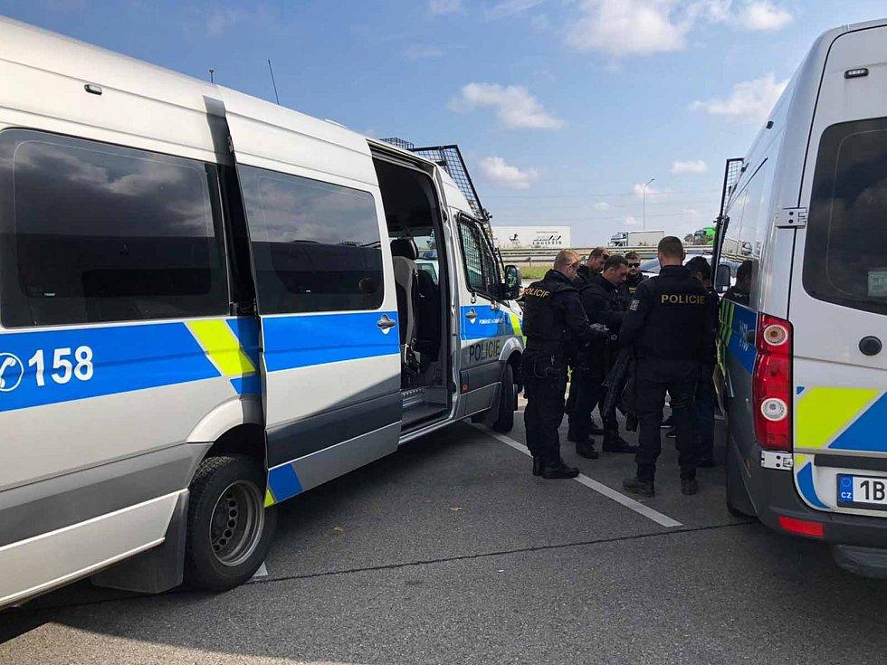 Na jižní Moravě bylo nelegálně přes dvacet cizinců. Na dálnici je zastavili policisté