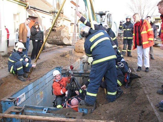Hasiči zachraňují muže spadlého do výkopu
