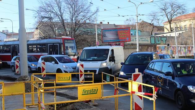 Dlouhé kolony a nervózní čekající řidiči. Redaktoři Brněnského deníku Rovnost zjišťovali, jak po týdnu vypadá situace v rozkopané brněnské Jugoslávské ulici, kde dělníci od minulého týdne opravují inženýrské sítě.