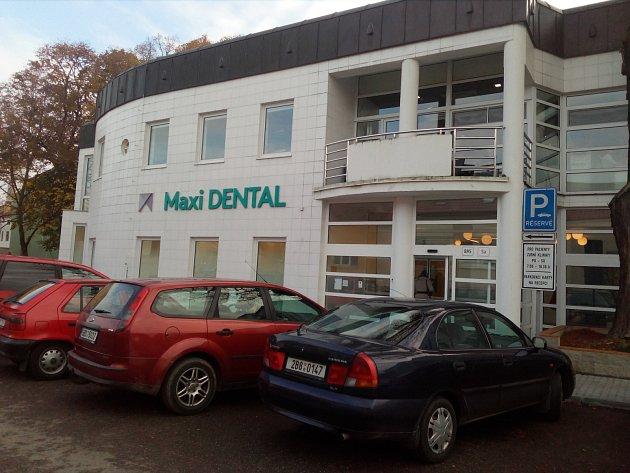Společnost Maxi DENTAL sídlí vBřeclavi na Žerotínově ulici.