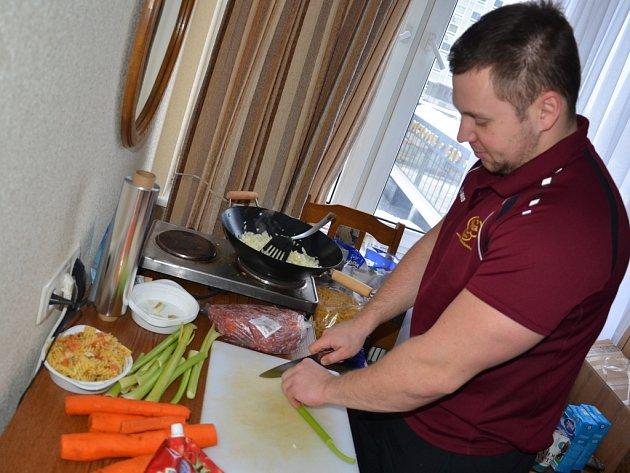 Masér Aleš Weber se dobře vyzná i v kuchyni.