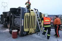 Na dálnici D1 se v sobotu v podvečer převrátil srbský kamion.